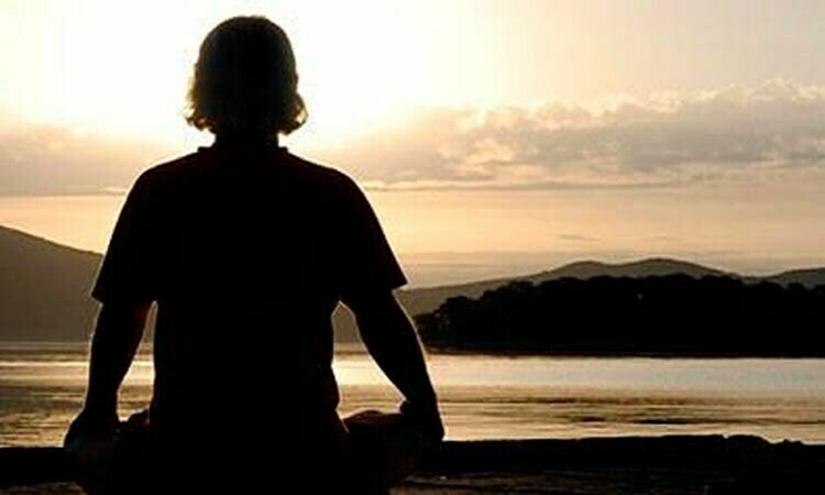hombre meditando 450